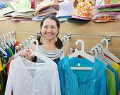 成熟的女人选择衣物。 — 图库照片