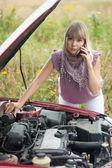 Mulher perto de seu carro quebrado — Fotografia Stock