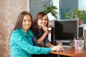 Duas mulheres usando o computador — Fotografia Stock