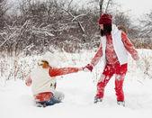 Flickor leker på vintern park — Stockfoto