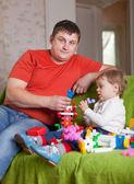 Pai e filho de três anos atua no interior de casa — Fotografia Stock