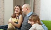 子どもと一緒にカップルを笑顔 — ストック写真