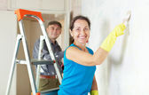 Woman and man makes repairs in apartment — Stock Photo