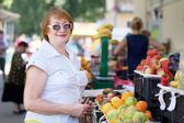 Zralá žena si vybírá ovoce — Stock fotografie