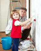 Niño con padre pinturas pared — Foto de Stock