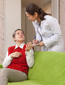 医生问女病人的感觉 — 图库照片