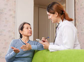 Mature woman tells the doctor the symptoms — Stock Photo