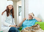 Doctor examining the patient — Stock Photo