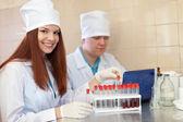 Trabajadores científicos con tubos de ensayo — Foto de Stock