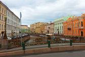 Bolshoi Koniushennyi bridge through Moyka — Stock Photo