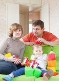 семья из трех человек в доме — Стоковое фото