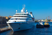 White cruise ship at Neva. Saint Petersburg — Stock Photo