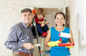 Rodiče s dítětem opravy doma — Stock fotografie