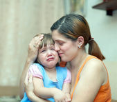 Woman soothes crying daughter — Stock Photo