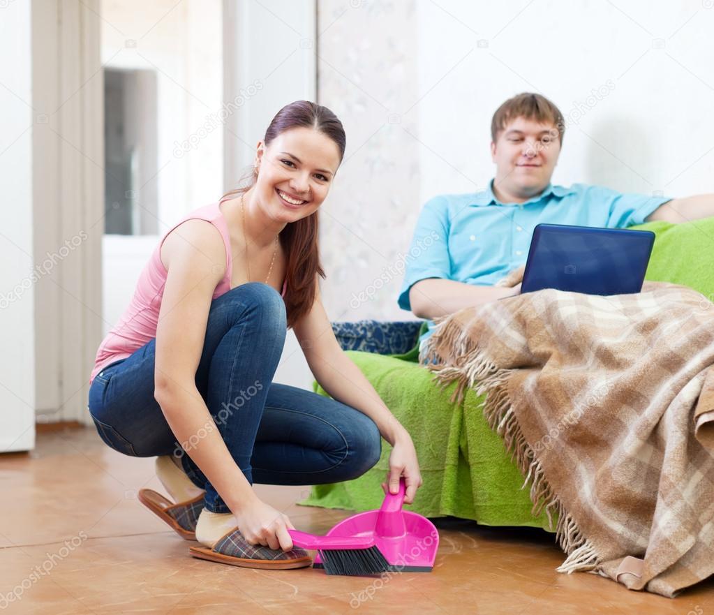 Супружеская пара на диване 2 фотография