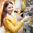 Stockfoto: Woman chooses bridal accessories