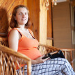 Pregnant woman reads e-book — Foto de Stock