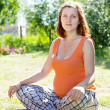 Pregnant woman sits on grass — Foto Stock