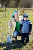 Vrouw en jongen zit met spade — Stockfoto