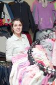 Kvinnliga köpare på kläder butik — Stockfoto