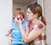Woman wipes snivels daughter — Stock Photo