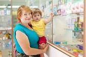 Mujer con el niño elige las drogas — Foto de Stock