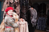 Woman chooses fur coat — Foto de Stock