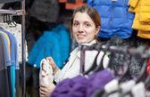 Kvinnliga köpare väljer slitage för sitt lilla barn — Stockfoto