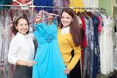 Las mujeres elige vestido de noche azul — Foto de Stock