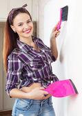 Feliz bonita dona de casa em casa — Fotografia Stock