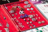 Contador con joyas de bisutería — Foto de Stock