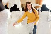 женщина выбирает свадебное платье — Стоковое фото