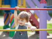 Criança de dois anos no parque infantil — Foto Stock