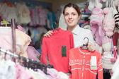 Joven mujer en tienda de ropa — Foto de Stock