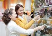 Kvinnor väljer brud-tillbehör i butik — Stockfoto