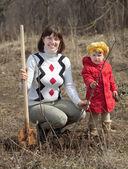 Mulher com filha define árvore — Foto Stock