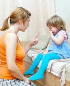 Mujer reprende a niño llorando — Foto de Stock