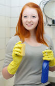 Teenager girl cleans bathroom — Stock Photo