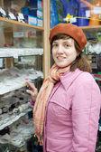 女性は、電気店でソケットを選択します。 — ストック写真
