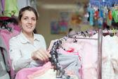 Kobieta w sklepie ubrania — Zdjęcie stockowe