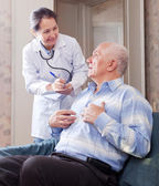 Man tells the mature doctor the symptoms — Stock Photo