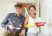 Happy woman and man makes repairs — Stock Photo