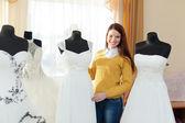 女性が結婚式のドレスを選択します。 — ストック写真