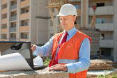 Worker works at building site — Stock Photo