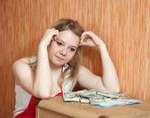 Mujer piensa en cuestión financiera — Foto de Stock