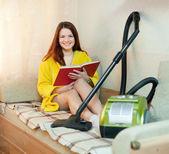 Jovem mulher repousa de tarefas domésticas — Fotografia Stock