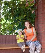 Matka a dítě v veranda — Stock fotografie