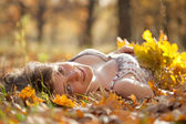 Giovane donna si trova nel parco d'autunno — Foto Stock