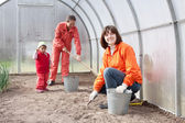 Женщины с ребенок работает в Теплице — Стоковое фото