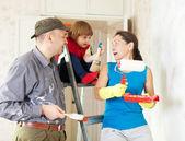 Aile Evde tamirat yapar — Stok fotoğraf